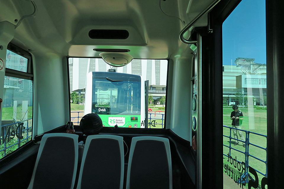 自動運転バス後ろ